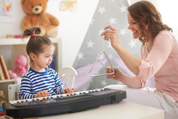 音楽を演奏し、歌う母と娘