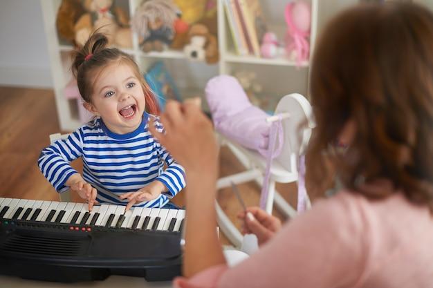 어머니와 딸이 음악을 연주하고 노래