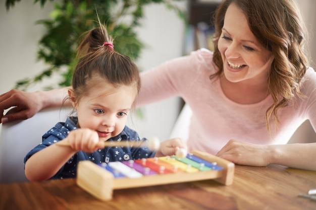 Мать и дочь играют вместе