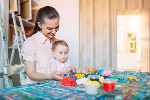 キネティックサンドで遊ぶ母と娘。