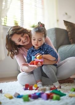 おもちゃで遊ぶ母と娘