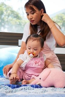 遊ぶ母と娘