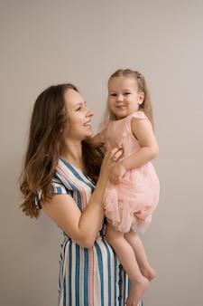 베이지 색 배경에 어머니와 딸의 초상화