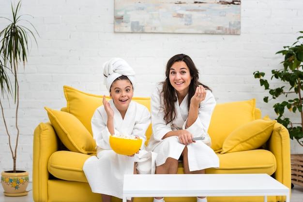 Мать и дочь позирует в одеждах