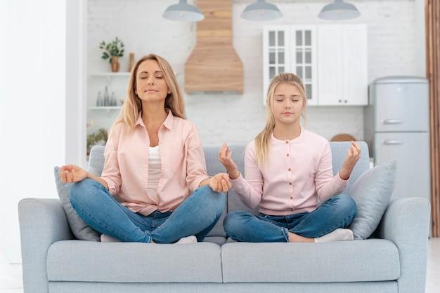 母と娘のヨガの練習