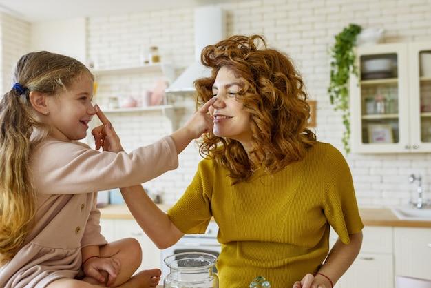 어머니와 딸이 함께 부엌에서 케이크를 준비