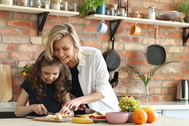 母と娘の朝食の準備