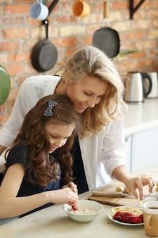 Мать и дочь готовят завтрак