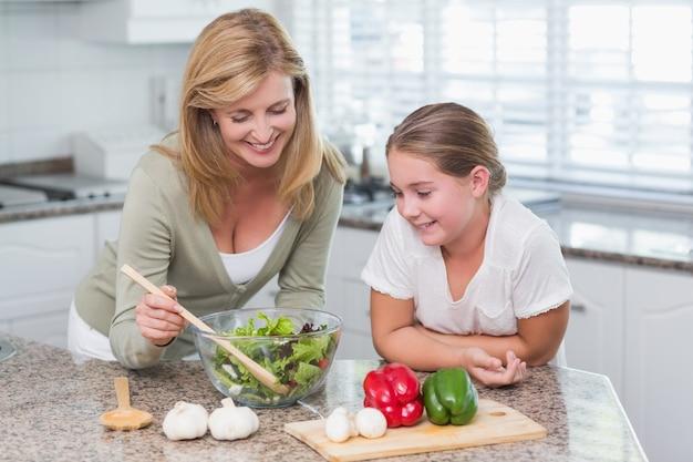サラダを一緒に準備する母と娘