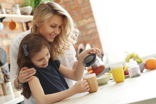 母と娘のティーカップの準備