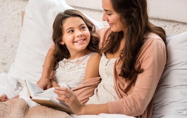 Мать и дочь читают книгу