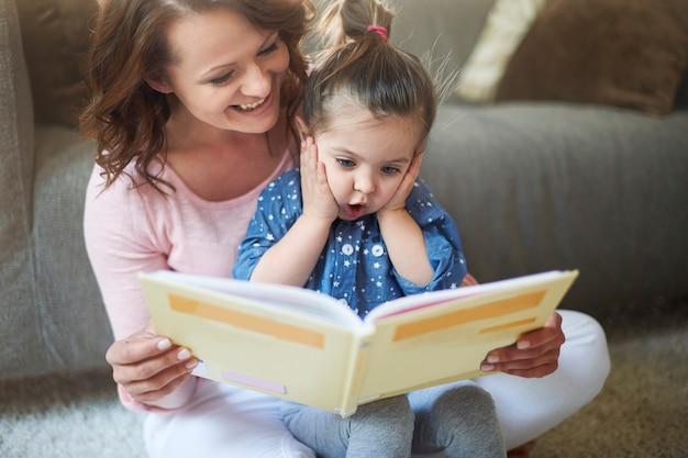 어머니와 딸이 책을 읽고