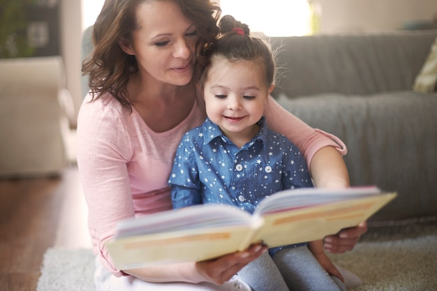 本を読んでいる母と娘