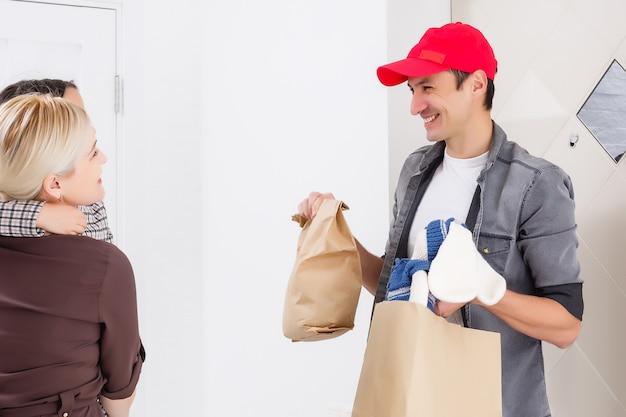 母と娘は配達人から注文を受け、自宅で子供向けのおもちゃや商品を配達します
