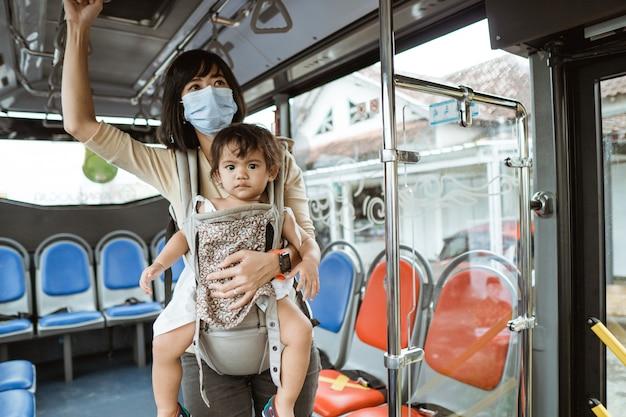 Мать и дочь в общественном транспорте во время пандемии в маске