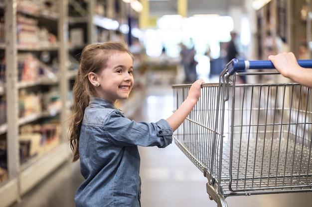 製品を選ぶスーパーマーケットで買い物をする母と娘