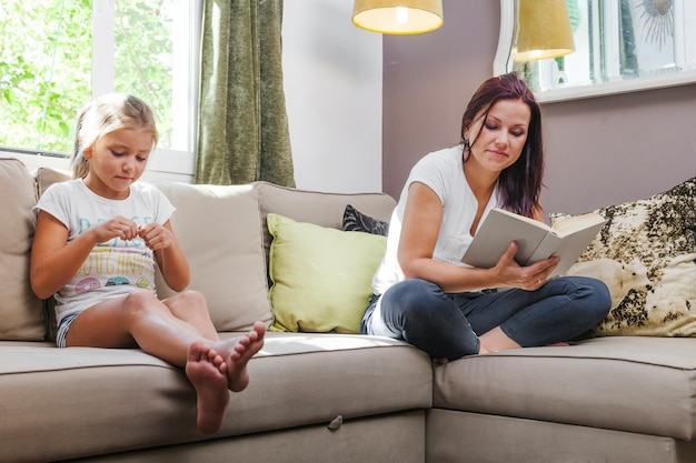 母親と娘がソファに座ってリラックス