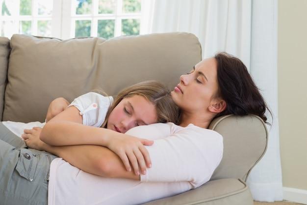 母と娘がソファで寝る