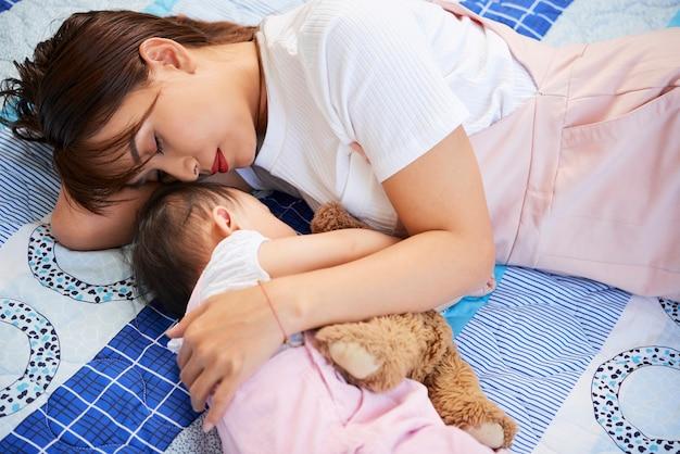 眠っている母と娘