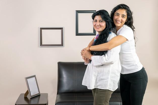 Мать и дочь улыбаются и обнимаются