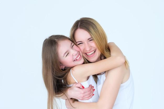 엄마와 딸 웃고 함께 포옹 웃고.