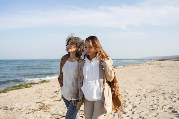 Мать и дочь проводят время вместе на пляже