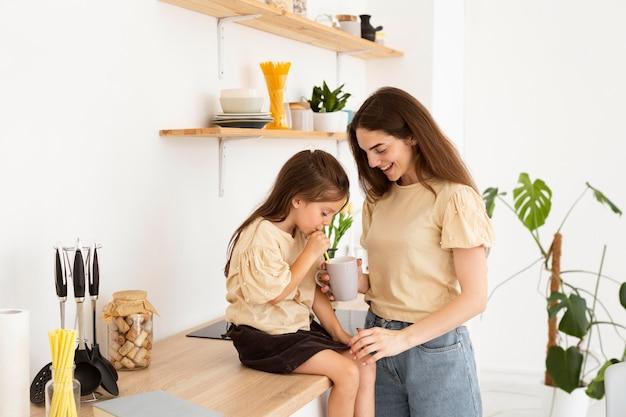 Мать и дочь вместе проводят время на кухне
