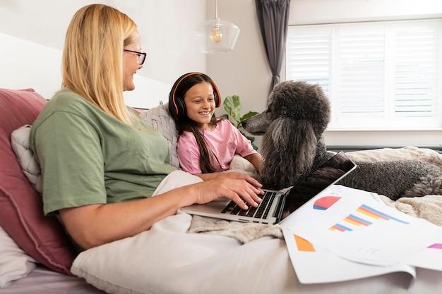Мать и дочь проводят время вместе со своей собакой