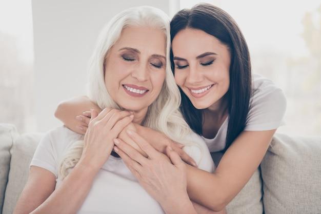Мать и дочь проводят время вместе