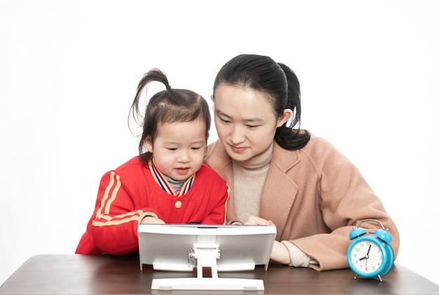 엄마와 딸 태블릿 컴퓨터와 온라인 수업 공부