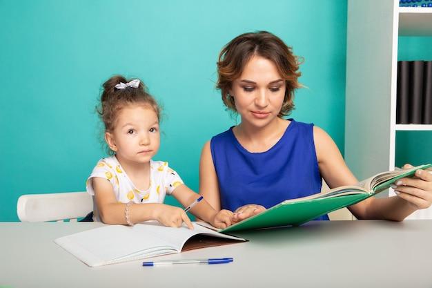 家に座って勉強している母と娘