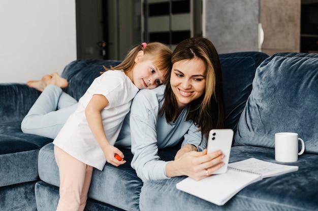セルフ写真を撮る母と娘