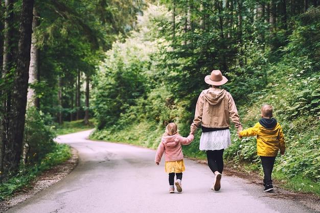 自然の中で一緒に母と娘家族のアウトドアアドベンチャー旅行レジャー活動