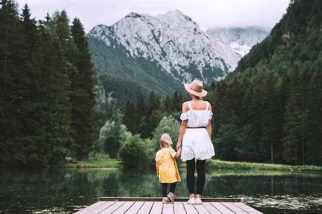 自然の中で一緒に母と娘家族屋外