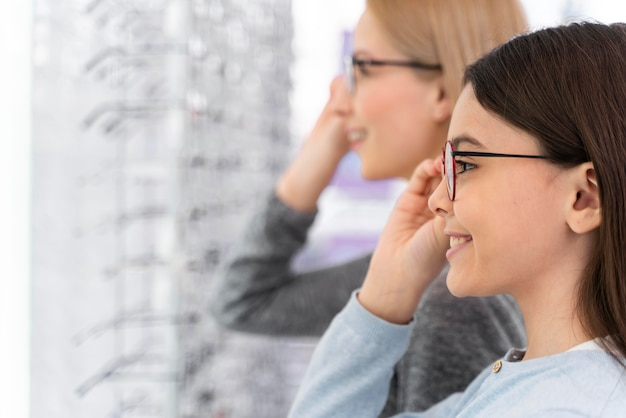 Мать и дочь примеряют очки