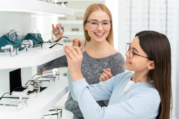眼鏡をかけようとしている母と娘