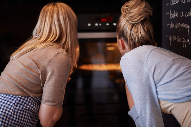 アップルパイを待っている母と娘