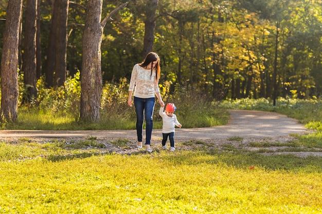 母と娘が公園を歩く