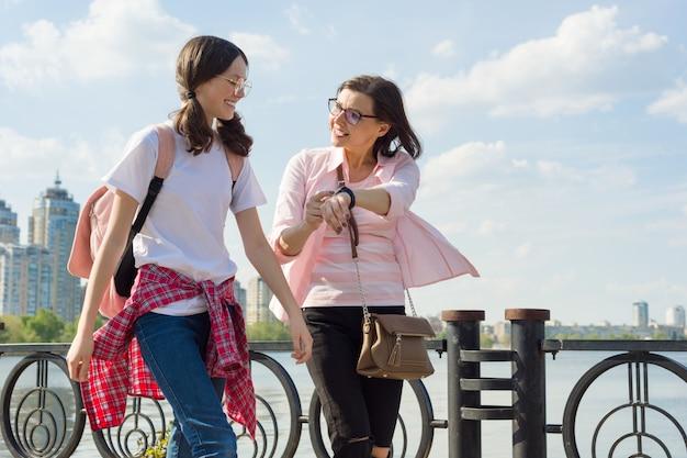 Мать и дочь гуляют на свежем воздухе