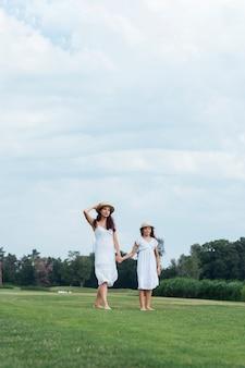 母と娘の野外を歩いています。