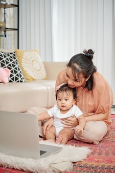 Мать и дочь смотрят мультфильм онлайн