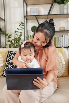 教育ビデオを見ている母と娘