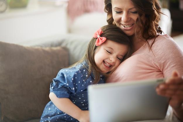 Мать и дочь смотрят видео на планшете