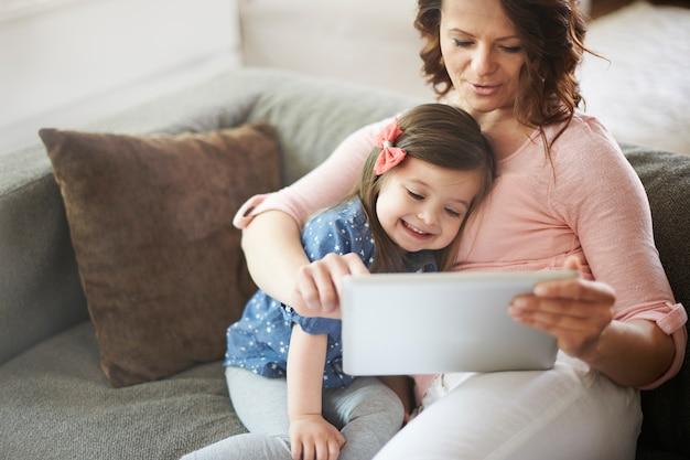 엄마와 딸 태블릿에 비디오를보고