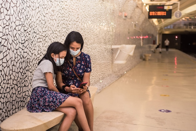 Мать и дочь в маске для лица