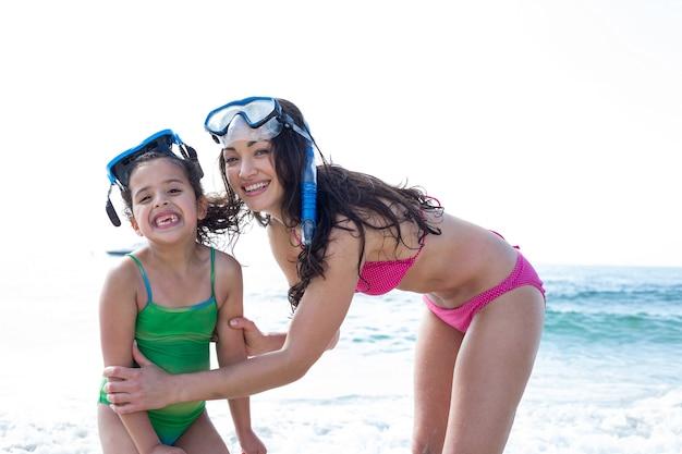 ビーチでダイビングゴーグルと母と娘