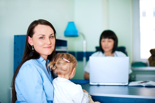 Мать и дочь с врачом в больнице