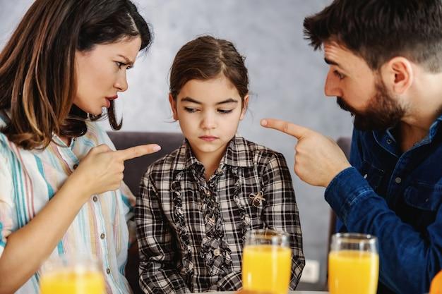 母と父は娘を叱る。