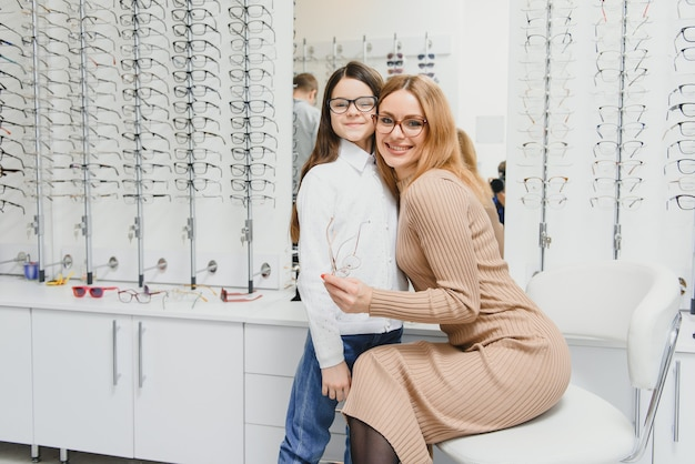Мать и девочка в магазине оптики