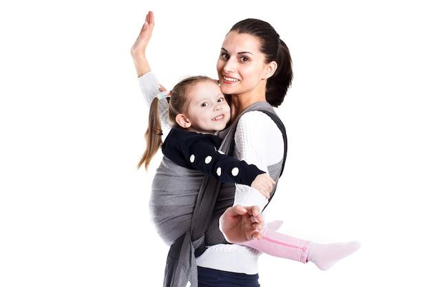 一緒に楽しんでいるベビーキャリアの母と女児。